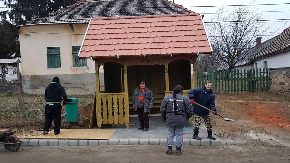 Buszmegálló építés Kosdon