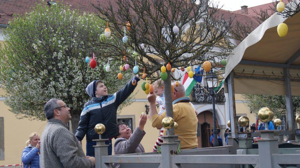 Váci tojásfa a váci főtéren