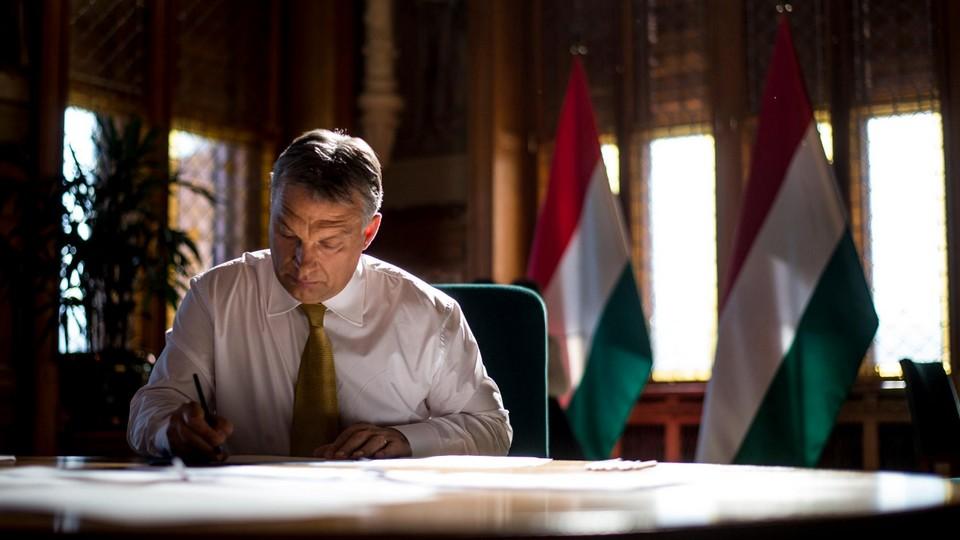 Orbán Viktor az irodájában