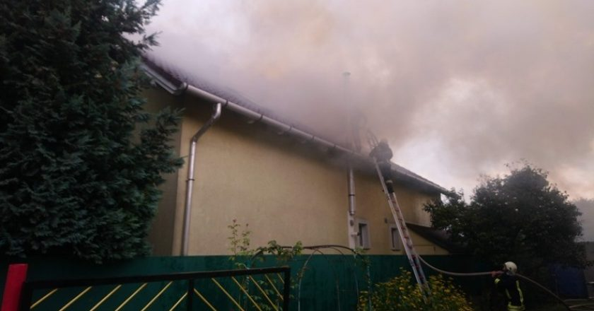 Villámcsapás leégett háztető Sződ