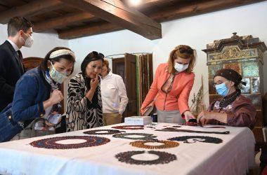 Herczegh Anita és nagykövetek házastársai Szentendrei Skanzen