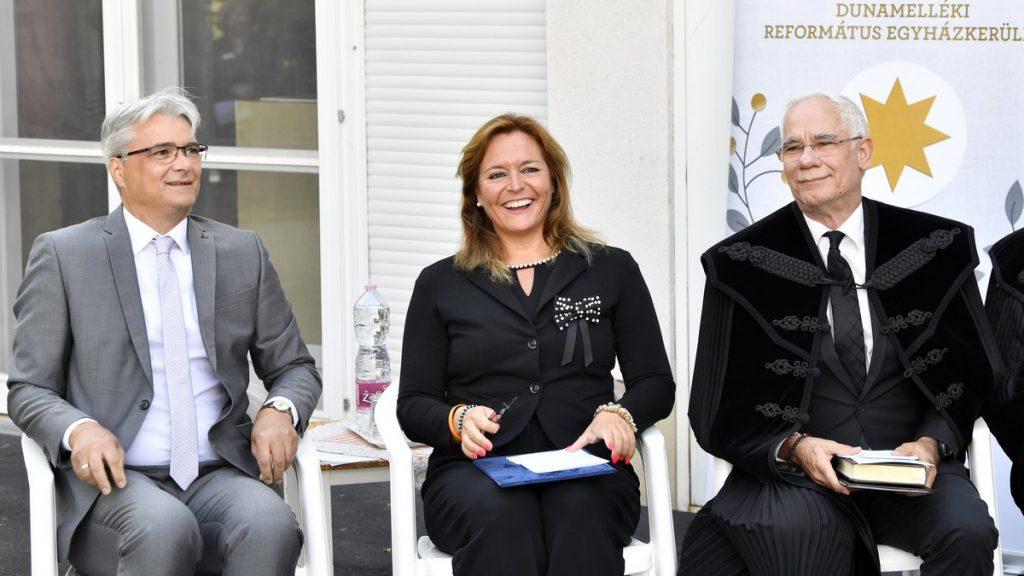 Balog Zoltán, Vitályos Eszter és Fülöp Zsolt a szentendrei református óvoda új épületszárnyának avatásán