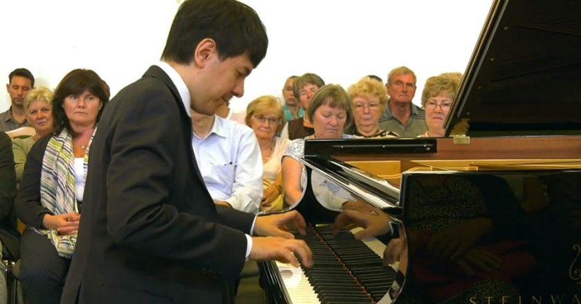 Kaneko Miyuji Attila Steinway zongoraművész Kismaroson